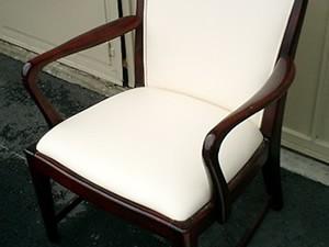 肘付き木製椅子